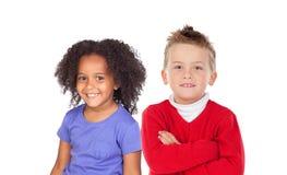 Deux enfants drôles regardant l'appareil-photo Photographie stock libre de droits