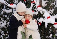 Deux enfants en bas âge avec le rouge se sont levés Photographie stock libre de droits