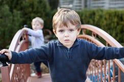 Deux enfants en bas âge de petits frères jouant dans le jardin photographie stock