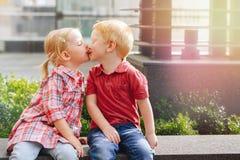 Deux enfants en bas âge drôles adorables mignons caucasiens blancs d'enfants s'asseyant ensemble s'embrassant Images libres de droits