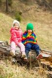 Deux enfants en nature Image stock