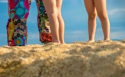Deux enfants et mère jouant sur la plage images stock