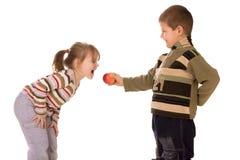 Deux enfants et une pomme Photo stock