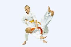 Deux enfants exécute des jets de judo Images stock