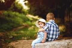 Deux enfants, frère et soeur jouant en parc Images stock