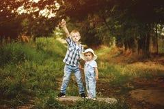 Deux enfants, frère et soeur jouant en parc Photographie stock