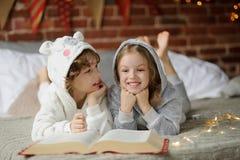 Deux enfants, frère et soeur, ont lu des contes de Noël Images libres de droits