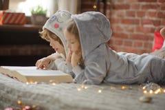 Deux enfants, frère et soeur, ont lu des contes de Noël Photographie stock