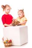 Deux enfants heureux avec le lapin et les oeufs de Pâques. Joyeuses Pâques Photos stock
