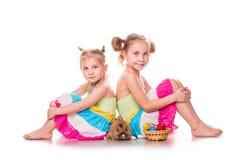 Deux enfants heureux avec le lapin et les oeufs de Pâques. Joyeuses Pâques Images stock