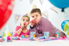 Deux enfants heureux ayant l'amusement à la fête d'anniversaire Photos libres de droits
