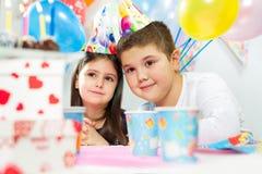 Deux enfants heureux ayant l'amusement à la fête d'anniversaire Photos stock