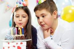 Deux enfants heureux ayant l'amusement à la fête d'anniversaire Photographie stock