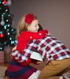 Deux enfants heureux dans la soirée du Nouveau an avec des présents s'approchent de la nouvelle année T Images libres de droits