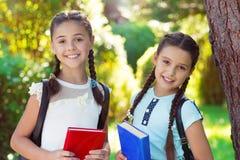 Deux enfants heureux de nouveau à l'école à l'étude Photos stock