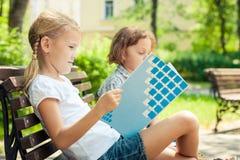 Deux enfants heureux jouant en parc au temps de jour Images stock
