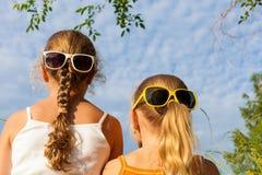 Deux enfants heureux jouant près de l'arbre au temps de jour Image stock