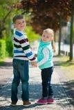 Deux enfants heureux marchant en parc Photo libre de droits