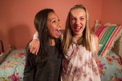 Deux enfants heureux riant ensemble Photos stock