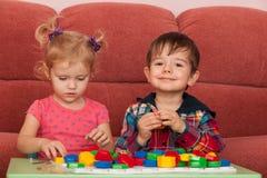 Deux enfants jouant à la table photo libre de droits