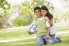 Deux enfants jouant au football en stationnement Image libre de droits