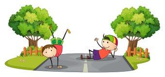 Deux enfants jouant au milieu de la route Image stock