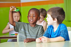 Deux enfants jouant avec la pâte Images libres de droits