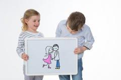 Deux enfants jouant avec le panneau blanc Photographie stock libre de droits