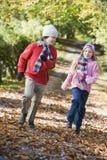 Deux enfants jouant dans la régfion boisée Image libre de droits