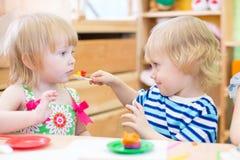 Deux enfants jouant dans le jardin d'enfants ensemble Photos libres de droits