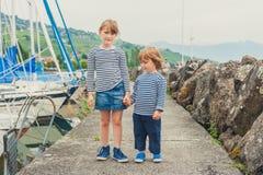 Deux enfants jouant dehors Photo stock
