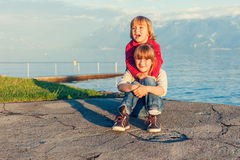 Deux enfants jouant dehors Image libre de droits