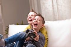 Deux enfants jouant des jeux vidéo Image libre de droits