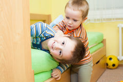 Deux enfants jouant ensemble Images libres de droits