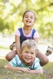 Deux enfants jouant ensemble en parc Photos libres de droits