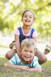 Deux enfants jouant ensemble en parc Photographie stock libre de droits