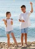 Deux enfants jouant les avions de papier Images stock