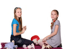 Deux enfants jouent ensemble, d'isolement sur le fond blanc Photos stock