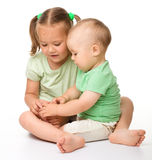 Deux enfants jouent sur l'étage Images stock