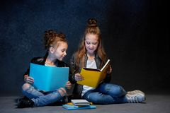 Deux enfants lisant les livres au studio Photos libres de droits