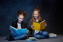 Deux enfants lisant les livres au studio Images libres de droits