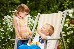 Deux enfants mangeant des fruits du jardin photographie stock libre de droits