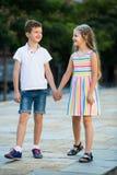 Deux enfants marchant ensemble extérieurs Photographie stock libre de droits