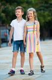 Deux enfants marchant ensemble extérieurs Image libre de droits