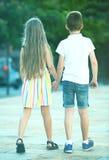 Deux enfants marchant ensemble extérieurs Photo libre de droits