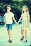 Deux enfants marchant ensemble extérieurs Images libres de droits