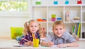 Deux enfants mignons à la maison Photo libre de droits