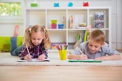 Deux enfants mignons à la maison Images libres de droits