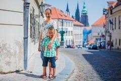 Deux enfants mignons à Prague Image libre de droits