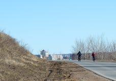Deux enfants montant des bicyclettes Image libre de droits